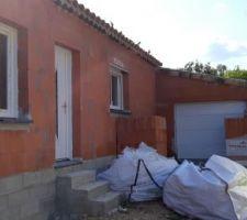 Côté entrée : Porte du garage + Porte d'entrée + fenêtre salle d'eau + le chantier laissé par les artisans ...
