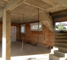 Fenêtre de G à D : porte garage, cellier, cuisine (manque escalier)