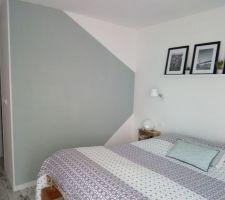 Un mur de couleur dans notre chambre. Plutôt satisfaite du résultat. Séchage en cours