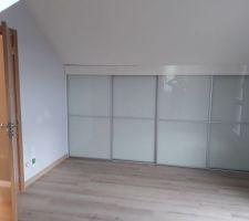 Installation des portes intérieures et des placards. Portes de placard en verre blanc