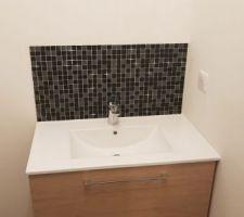 Mosaïque au dessus du meuble de salle de bain