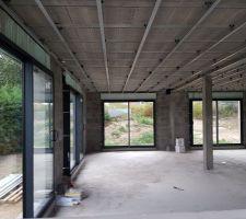 Premières fenêtres posées ! (Vue à l'intérieur) Avec les rails posés par l'électricien au plafond.