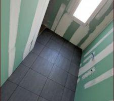 Carrelage salle de bain Cerabati, Road Gris en 45cm par 45cm (sans les joints sur la photo).