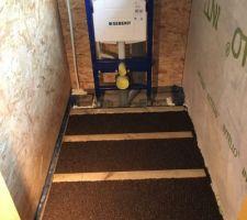 Isolation du plancher en granulés de liège. Pose du bati-support