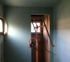 Placo fixé directement sur les murs en OSB et au plafond