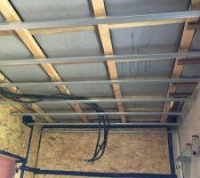 Plancher intermédiaire isolé en granulés de liège Suspentes pour faux plafond fixées sur les poutres en I