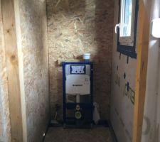 Mur, cloison et plancher du WC terminés. Fenêtre posée