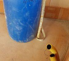 Mise en place des conduits du récupérateur d'eau.