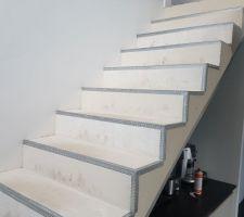 Mise en place de baguettes sur l'escalier avant béton ciré