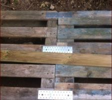 Abri bois : palettes fixées entre elles