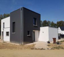 Évacuation de la terre excédentaire et mise en place de graviers en périphérie de la maison, ainsi qu'au niveau de la terrasse