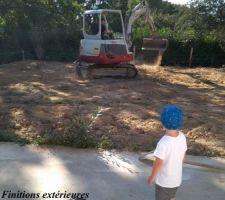 Mise à niveau des terres et ajout de 10cm de terre végétale.