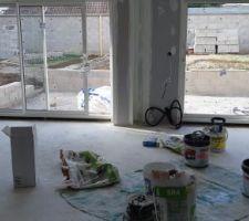 Vue salon salle à manger. Enduit intérieur terminé pour l ensemble de la maison. Les bandes sont bien réalisées ??