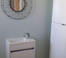 Lave mains et miroir installé