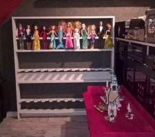 L'étagère de rangement des poupées dans le coin jeux de ma fille aménagé au bureau