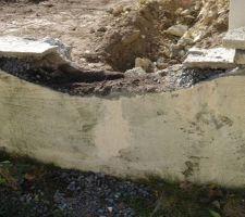 Découpage du mur en limite de propriété pour aligner la construction. Belle découpe mais un hic sur le muret de la voisine