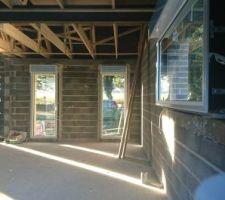 Les 2 fenêtres du salon avec les volets électriques
