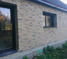 Vue arrière, porte du cellier, fenêtre de la cuisine et baie vitrée