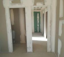 Vue de l'intérieur - Vers les toilettes et la chambre RDC