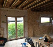 Porte fenêtre de la salle à manger et fixe panoramique du salon