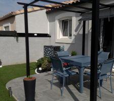 Ma nouvelle table de jardin ;-))) Installée dehors...