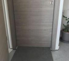 Porte grise avec carrelage