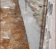 Fondation coulée pour mur de clôture avec le voisin