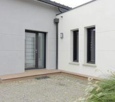 Mini terrasse devant l'entrée de la maison