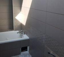 La faïence de la salle de bain des garçons est en cours...