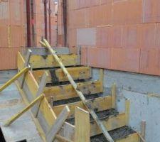 Escalier accès garage-cellier.