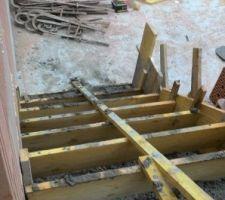 Escalier garage-cellier, photo prise à partir du cellier.