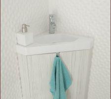 Le meuble pour le lave-mains réalisé sur la base d'une vasque achetée chez Casto