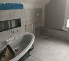 Le carrelage de la salle de bain commence à voir le jour