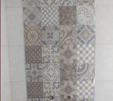 Salle de bain : Carrelage de la marque Porcelanosa, Série Dover, Antique et Caliza. Carrelage mat, rectifié et texturé, de dimensions 31,6cm par 59,2cm, classement U3 P3 E3 C2. Baguettes de finition inox argenté brillant.