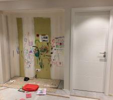 Porte installée à côté de la magnifique fresque que viendra cacher le cuisiniste :)