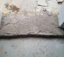 Rebord de porte, le béton est moche et s'effrite très facilement : est-ce uniquement parce qu'il n'est pas sec ?