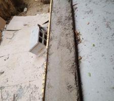 Plein de ponts thermiques ! Rebord de porte, le béton est moche et s'effrite très facilement : est-ce uniquement parce qu'il n'est pas sec ?