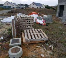 Aperçu de l'avant de notre chantier (il y a même un sac de béton hors de notre propriété, sur la gauche !!)