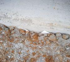 Polystyrène pris entre terre et mur