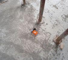 Boîte de clous de charpente laissée dans la maison