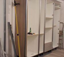 Coffrage pour l'encastrement des armoires de cuisine - modèle Montana de chez conforama couleur béton