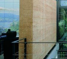 Mur en pisé dans maison d'architecte avec serre bioclimatique