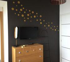 Deco mur chambre mais suis pas convaincue par le positionnement des pois pour lequel j?ai opté....au pif...