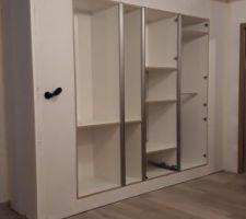 Coffrage autour des armoires de cuisine - Modèle Montana de chez conforama couleur béton