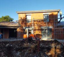 Les terrassiers et les façadiers en action