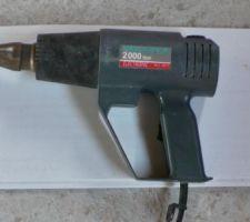 Un simple pistolet à air chaud pour le gonflage des manchons.