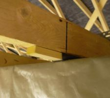 Une autre cale d'une autre épaisseur en place entre le caisson et la fermette. On peut voir la cornière qui supporte l'ensemble.