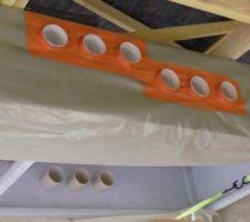 L'étanchéité entre manchon et film polyéthylène est assuré par l'adhésif orange. Une sangle est encore nécessaire pour soulager le caisson.