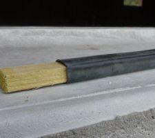 Une cale en bois d'environ 15 mm d'épaisseur. Le caoutchouc est en place.