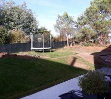 La partie du terrain a descendre,(là ou est le trampoline)